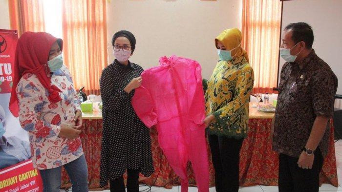 Selly Gantina Serahkan Bantuan APD ke Dinkes Kabupaten Cirebon, untuk Tenaga Medis