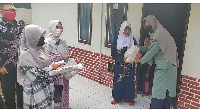 Peringati Hari Kartini, Komite SIT Tazkia Insani Bagi-bagi 340 Sembako kepada Warga Jompo