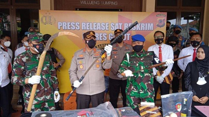 Sejumlah barang bukti kasus yang melibatkan Dadang Buaya. Polisi dan anggota TNI mengamankan sejumlah senjata tajam.