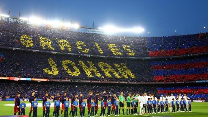 Stadion Nou Camp dihiasi berbagai atribut Johan Cruyff di laga antara Barcelona vs Real Madrid yang berkesudahan 2-1 untuk Madrid.