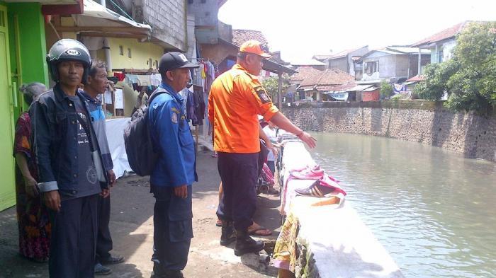 BREAKING NEWS - Mayat Tersangkut Di Jembatan Gantung Kampung Ciodeng