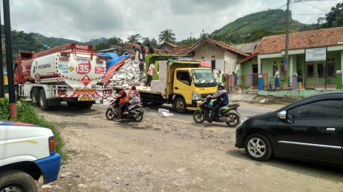 Tali Pengikat Putus, Batako yang Diangkut Truk Itu Berjatuhan dan Berserakan di Jalan Raya Citatah