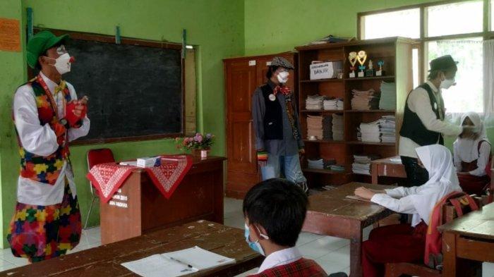 Ada Kasus Covid-19 di SD di Kota Tasik, Komunitas Badut Tasik Edukasi Prokes Kepada Murid SD