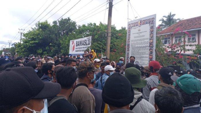 Massa yang mendatangi kantor Bawaslu Pangandaran.