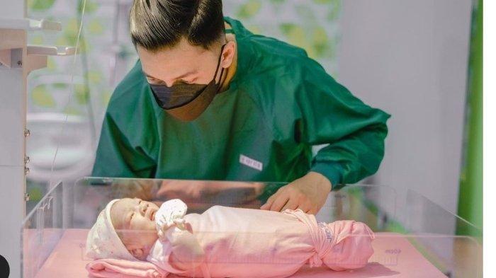 Bayi Nella kharisma dan Dory Harsa yang baru lahir.