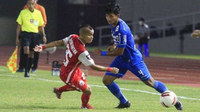 Bek Persib Bandung Bayu Fikri berduel dengan gelandang Persija Jakarta Riko Simanjuntak dalam laga leg kedua final Piala Menpora, Minggu (25/4/2021) malam.