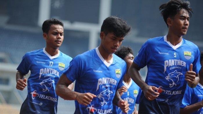 Bayu Fiqri (tengah) mengikuti latihan hari kedua Persib Bandung di Stadion Gelora Bandung Lautan Api, Selasa (2/3/2021).