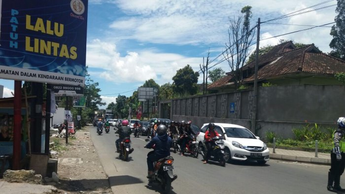 Banyak Mobil Keluar Masuk Farmhouse, Jalur Bandung-Lembang Pun Macet