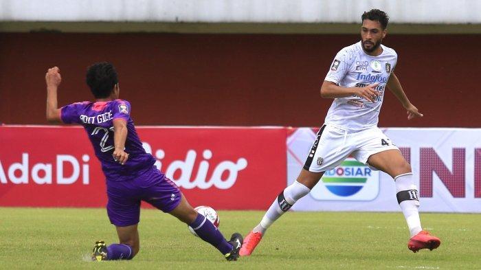 Bek Bali United Willian Pachecho berduel dengan pemain Persita Tangerang Putu Gede