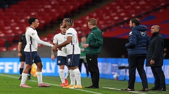 Bek Inggris Reece James (2L) menggantikan Trent Alexander-Arnold (kiri) selama pertandingan sepak bola grup A2 UEFA Nations League antara Inggris dan Belgia di stadion Wembley di London utara pada 11 Oktober 2020.