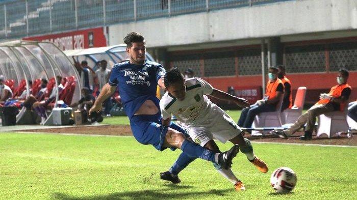 Bek Persib Bandung Nick Kuipers (kiri) mencoba merebut bola dari kaki pemain Persebaya Surabaya dalam laga perempatfinal Piala Menpora 2021 yang berlangsung di Stadion Maguwoharjo, Sleman, Yogyakarta, Minggu (11/4/2021) malam. Persib menang 3-2.
