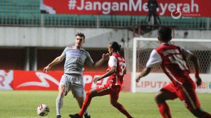 Bek Persib Bandung Nick Kuipers (kiri) menghalau bola yang coba direbut pemain Persija Rohit Chand pada final pertama Piala Menpora 2021 yang berlangsung di Stadion Maguwoharjo, Sleman, Yogyakarta, Kamis (22/4/2021) malam.
