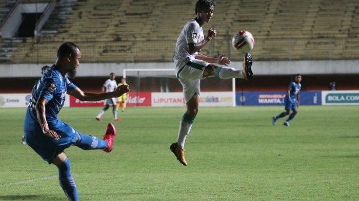 Bek Persib Bandung Supardi Nasir melepaskan tembakan yang coba doblok pemain Persebaya Surabaya pada laga perempatfinal Piala Menpora 2021 di Stadion Maguwoharjo, Sleman, Yogyakarta, Minggu (11/4/2021) malam.