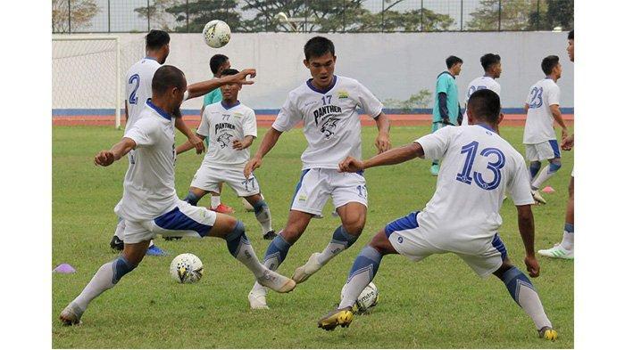 Bek Persib Bandung Zalnando dikepung Supardi dan Febri Hariyadi dalam latihan di Stadion Arcamanik, Kota Bandung, Selasa (7/5/2019).