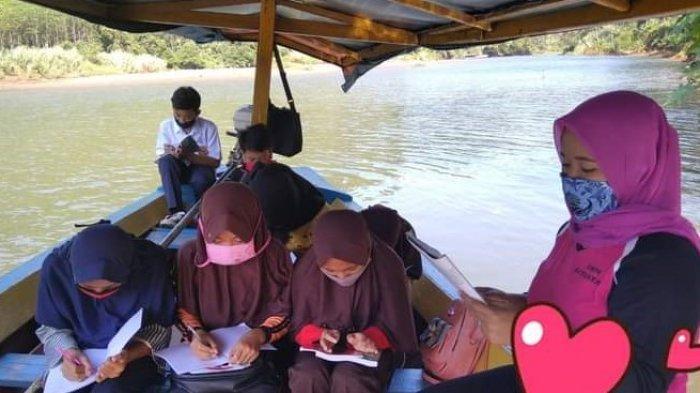 Guru di Sukabumi Terpaksa Mengajar di Perahu, Penontonnya Buaya yang Siap Menerkam