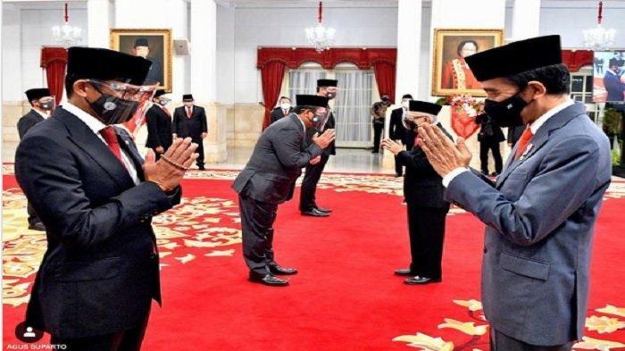 Benda kecil di tangan Sandiaga Uno jadi sorotan saat ia dilantik oleh Jokowi