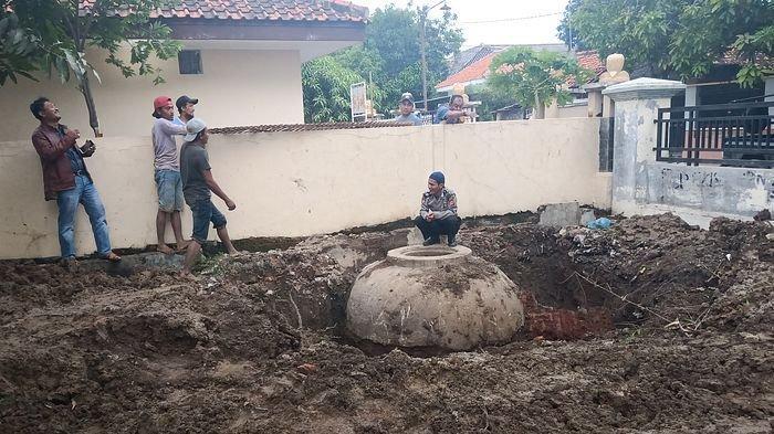 Terkait Temuan Benda Misterius, Warga Desa Jangga Indramayu Datangi para Sesepuh