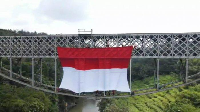 Pertama Dalam Sejarah, Bendera Merah Putih Raksasa Terbentang di Jembatan KA Cirahong yang Melegenda