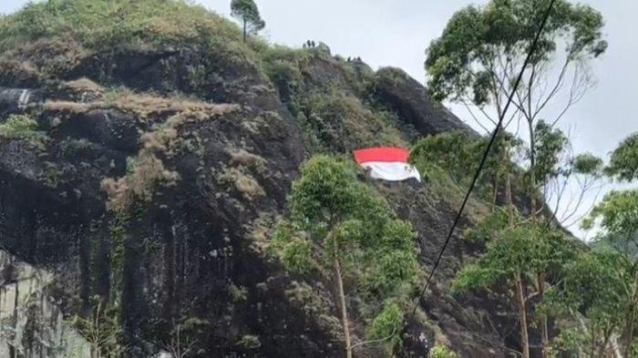 Pesan Semangat di Masa Pandemi Dengan Pengibaran Bendera Merah Putih Raksasa di Batu Tumpang