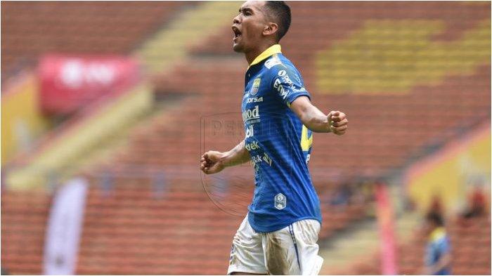Selebrasi penyerang anyar Persib Bandung, Beni Oktovianto, setelah berhasil membobol gawang Hanoi FC dalam Asia Challenge 2020. Maung Bandung sendiri berhasil menang 2-0 atas sang lawan di Stadion Shah Alam, Selangor, Malaysia.