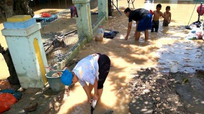 Air Surut, Warga Bersihkan Rumah dari Lumpur dan Sampah,