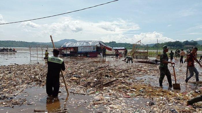 Sampah Kembali Penuhi Waduk Jatigede, Personel TNI Sampai Turun Tangan