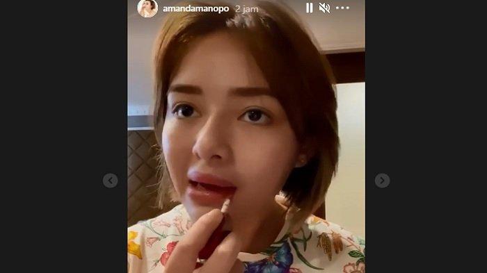 Bibir Amanda Manopo berbeda karena terlihat lebih tebal.