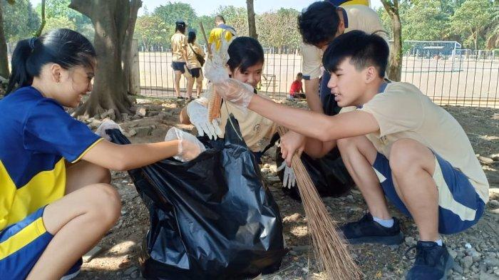 Gelar Field Trip Berbeda, SMAK Bintang Mulia Bersih-bersih Taman Tegalega Bandung
