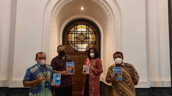 Pemimpin BNI Wilayah Bandung Borong Buku Karya Dr Aqua Dwipayana, Dibagikan Kepada Pegawai