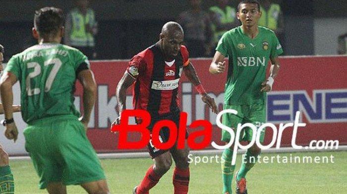 Penyerang Persipura Jayapura Boaz Solossa berusaha meloloskan diri dari tiga kawalan Bhayangkara FC di Stadion Patriot, Sabtu (9/9/2017).