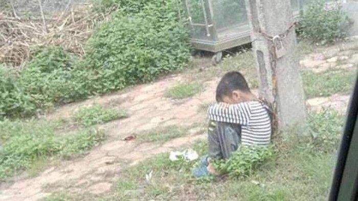 Bocah 10 Tahun Dirantai di Tiang Listrik di Pinggir Jalan Buat Warganet Marah, Ternyata oleh Ayahnya