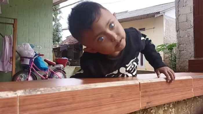 Bocah bermata biru dari Bogor, sering disangka memakai lensa.
