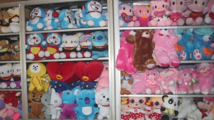 Boneka yang dipajang di Toko Jihaz, Kampung Boneka Sayati, Jalan Sayati Hilir, Margahayu, Kabupaten Bandung.