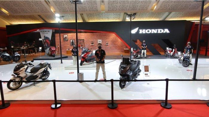 Booth Astra Honda Motor hadir di IIMS 2021. Berlokasi di Hall C1 JIEXPO, Kemayoran, petugas di booth ini melayani pengunjung dengan menerapkan protokol kesehatan yang ketat.