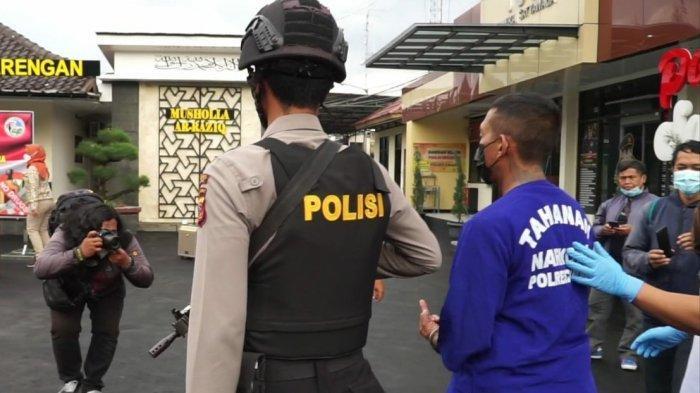 Gelagat Boris Preman Pensiun saat Digiring Polisi akibat Kasus Narkoba, Sampai Acungkan Jari Tengah
