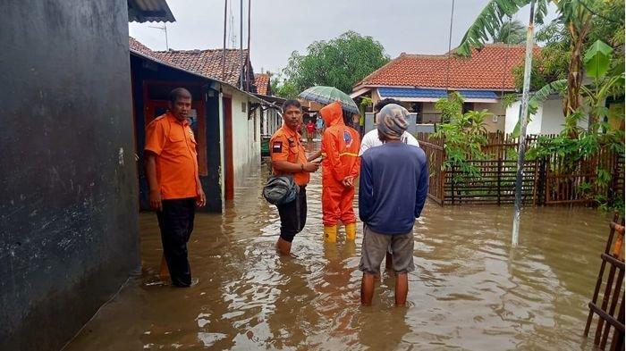 Ratusan Warga di 2 Desa dan 1 Kelurahan di Indramayu yang Terendam Banjir Bertahan Tidak Ngungsi