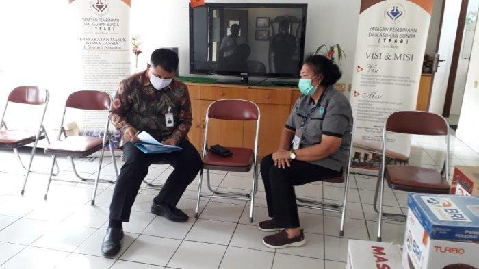 Penandatanganan Berita Acara Penyerahan Bantuan Paket sembako oleh Pemimpin Cabang BRI Bandung Asia Afrika R. Mochamad Yogiprayogi dan Pengurus Panti Werdha Hermin