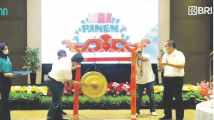 Wakil Pemimpin BRI Bandung Eka Ahmad Djatnika bersama Pemimpin BRI Cabang Majalengka Bambang Parulian melakukan prosesi pemukulan gong dalam rangka acara PHS