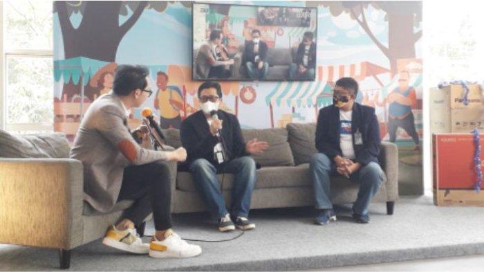 Wapinwil. Binis Mikro BRI Bandung Eka Ahmad Djatnika bersama Pinca. BRI Bandung Soekarno Hatta Albertus Antho Widiyatmoko sedang melakukan tanya jawab mengenai manfaat Web pasar.id BRI yang dipandu MC Gilang.*