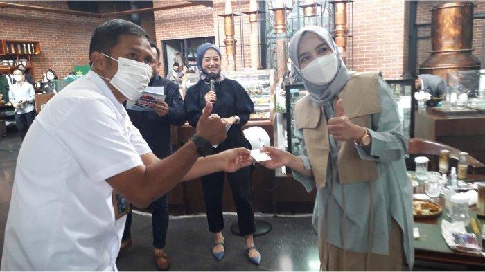 Pemenang lelang dana top up fresh fund Rp 160 juta berupa 3 gram logam mulia  dari BRI Kanca Bandung Martadinata Ibu Hj. Irmania nasabah Simpedes BRI Unit Cicadas.*