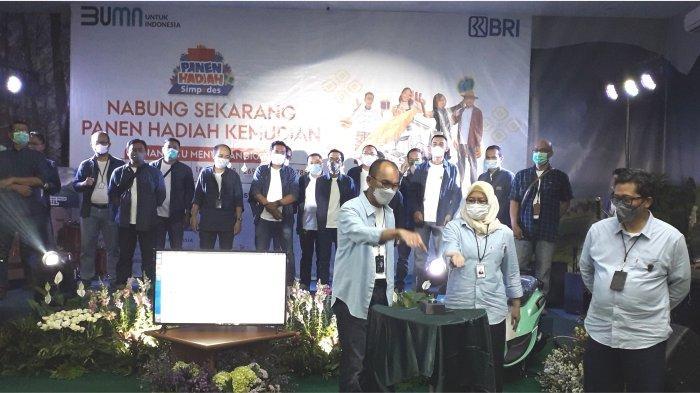 Pemimpin BRI Cabang Cimahi Omang Solehudin menekan tombol undian grand prize didampingi Wakil Pemimpin Bisnis Mikro Kanwil BRI Bandung Eka Ahmad Djatnika dan Kepala Bagian Bisnis Mikro Firiany Dewi Zairina.