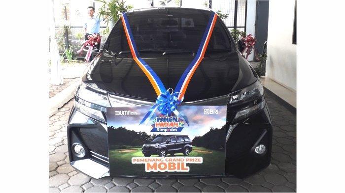 Grand Prize PHS BRI 1 unit mobil jenis Toyota Avanza G 1.3 M/T yang dimenangkan Jujuk Dwi Damayanti nasabah Simpedes BRI Unit Gunung Batu Cimahi.*