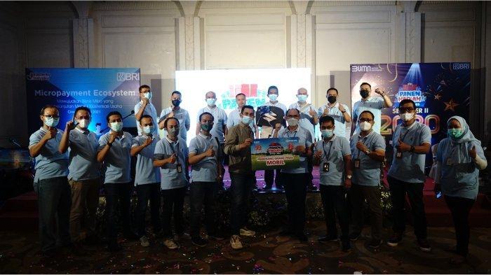 Wakil Pemimpin Wilayah BRI Bandung Eka Ahmad Djatnika didampingi Pemimpin BRI Cabang Cimahi Omang Solehudin, memberikan secara simbolis hadiah Grand Prize satu unit Mobil Suzuki Ertiga kepada perwakilan pemenang.*