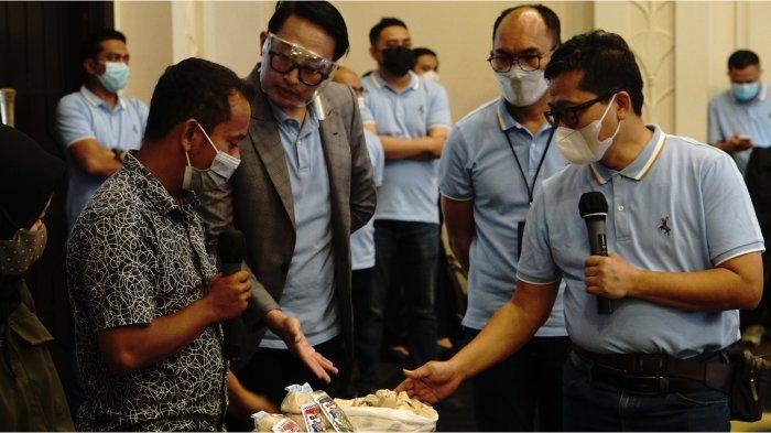 Wakil Pemimpin Wilayah BRI Bandung Eka Ahmad Djatnika didampingi Pemimpin BRI Cabang Cimahi Omang Solehudin, mengunjungi klaster binaan Wajit Cililin yang selama ini mendapatkan binaan dan bantuan modal dari BRI Kanca Cimahi.*