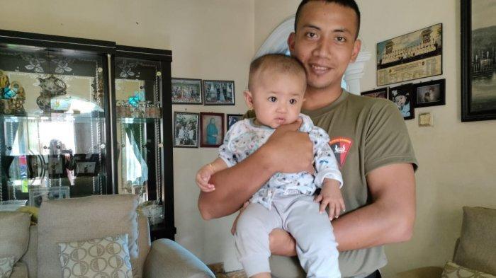Briptu Krisno SH yang punya pengalaman berkesan. Selama delapan bulan bertugas, dia melewatkan momen kelahiran anak pertamanya.