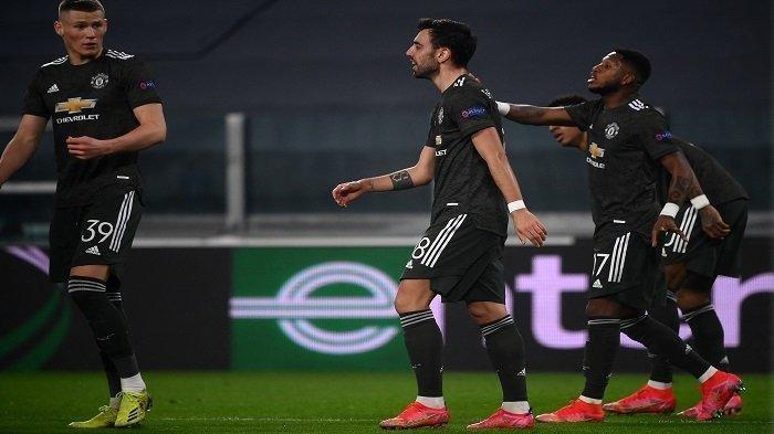 Gelandang Manchester United Bruno Fernandes (tengah) berselebrasi dengan rekan satu tim setelah mencetak gol pada pertandingan leg pertama babak 32 besar Liga Eropa UEFA antara Real Sociedad dan Manchester United di Stadion Juventus di Turin, Jumat (18/2/2021) dini hari WIB. Laga berakhir dengan skor 0-4.