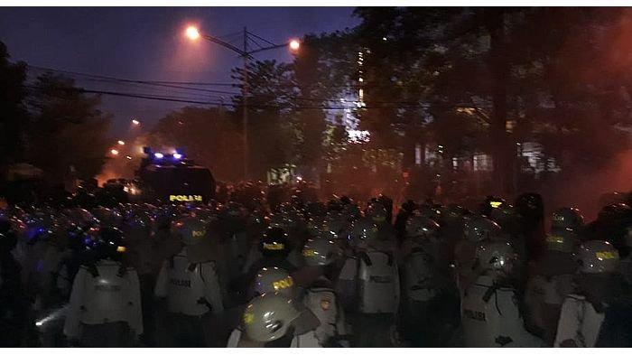 Suasana Mencekam Saat Massa Kembali Dipukul Mundur Kepolisian di Bandung