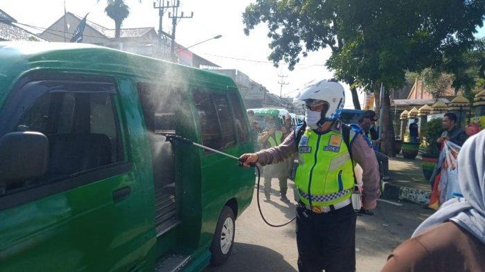 Bukan Buku Tilang, Kali Ini Polisi Gendong Disinfektan Semprot Angkot di Cicalengka