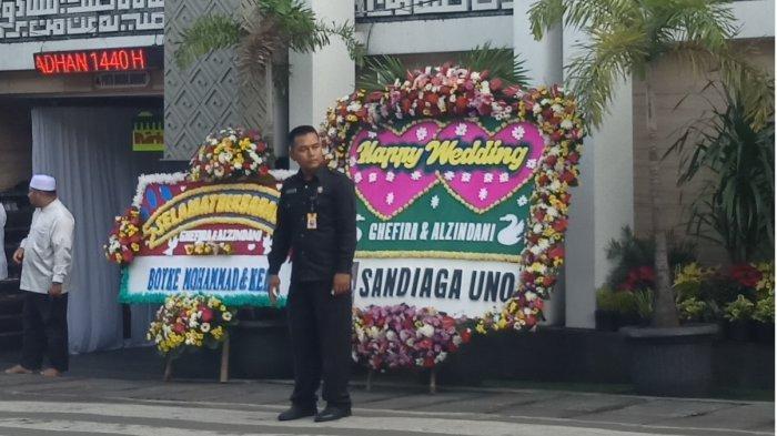 Karangan bunga dari Sandiaga Uno