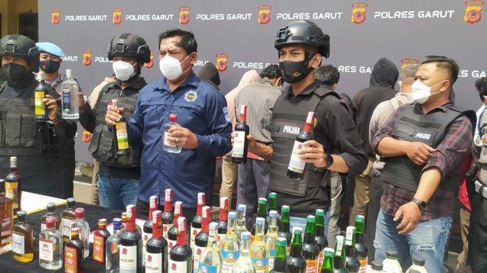 Polisi Ungkap Bungker Miras di kawasan Garut Kota, di Atasnya Ada Bengkel Motor Hingga Toko Kaus